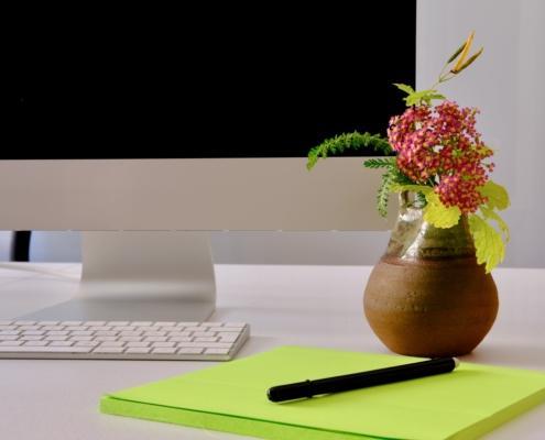 Un ikebana sulla scrivania. Ikebana in azienda